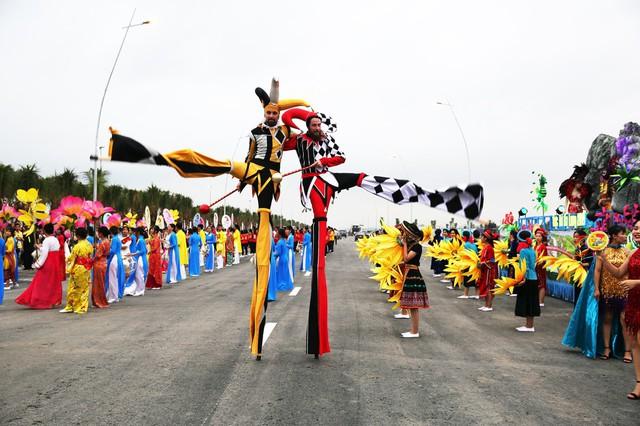 Bờ biển Bãi Cháy sôi động tưng bừng với màn diễu hành Carnaval dịp nghỉ lễ 30-4, 1-5 - Ảnh 1.