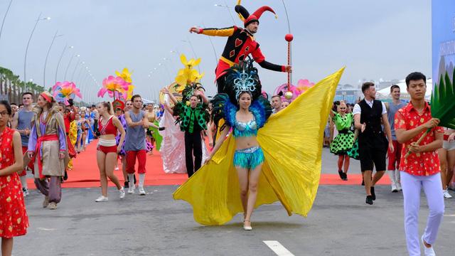 Bờ biển Bãi Cháy sôi động tưng bừng với màn diễu hành Carnaval dịp nghỉ lễ 30-4, 1-5 - Ảnh 10.