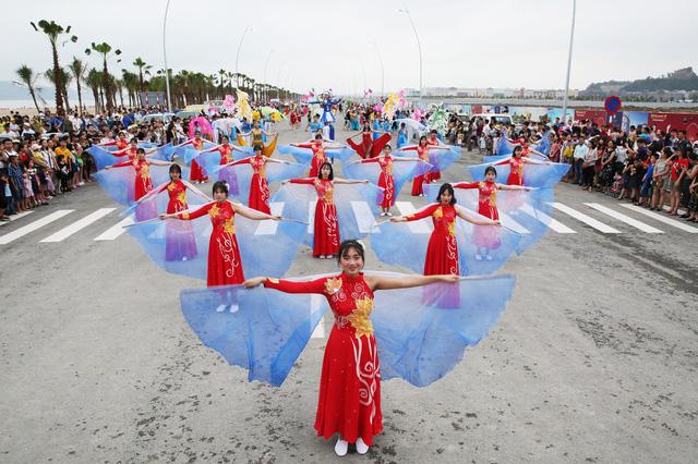 Bờ biển Bãi Cháy sôi động tưng bừng với màn diễu hành Carnaval dịp nghỉ lễ 30-4, 1-5 - Ảnh 3.
