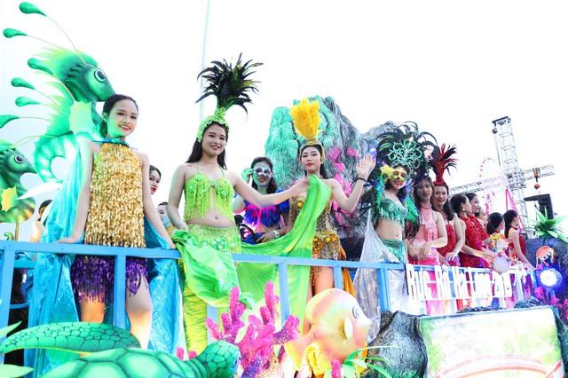 Bờ biển Bãi Cháy sôi động tưng bừng với màn diễu hành Carnaval dịp nghỉ lễ 30-4, 1-5 - Ảnh 4.