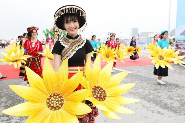 Bờ biển Bãi Cháy sôi động tưng bừng với màn diễu hành Carnaval dịp nghỉ lễ 30-4, 1-5 - Ảnh 5.