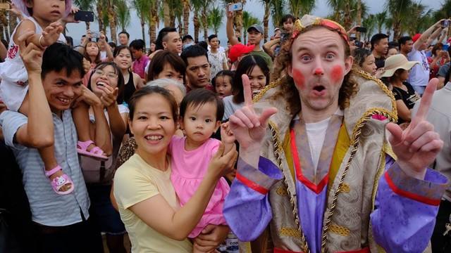 Bờ biển Bãi Cháy sôi động tưng bừng với màn diễu hành Carnaval dịp nghỉ lễ 30-4, 1-5 - Ảnh 6.