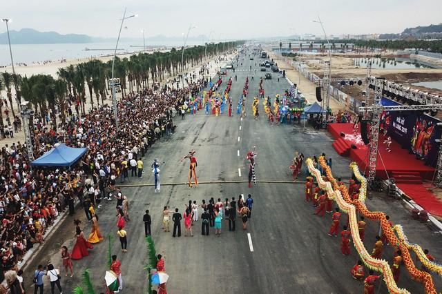 Bờ biển Bãi Cháy sôi động tưng bừng với màn diễu hành Carnaval dịp nghỉ lễ 30-4, 1-5 - Ảnh 7.