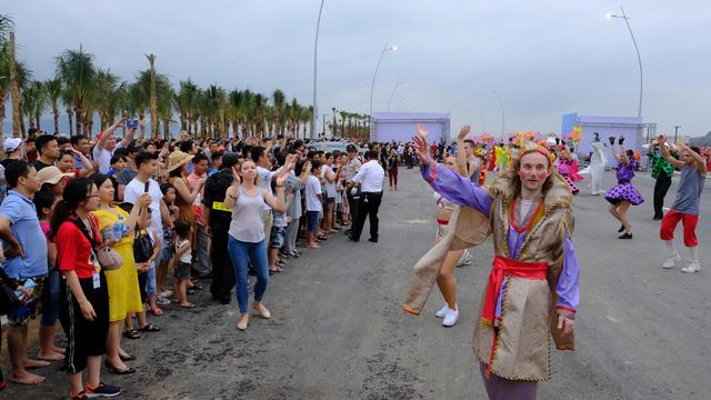 Bờ biển Bãi Cháy sôi động tưng bừng với màn diễu hành Carnaval dịp nghỉ lễ 30-4, 1-5 - Ảnh 8.