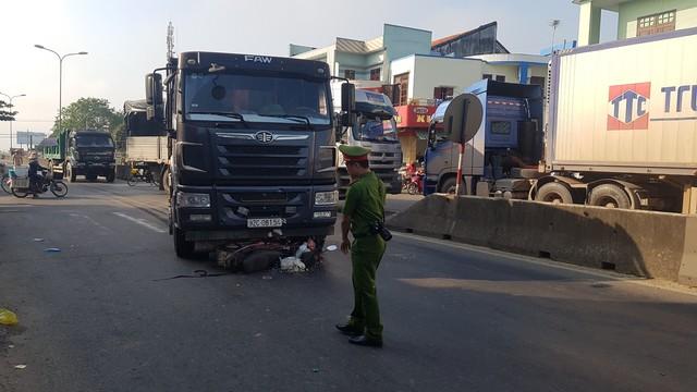 Xe máy bị cuốn vào gầm xe tải, một phụ nữ bị thương nặng - Ảnh 2.