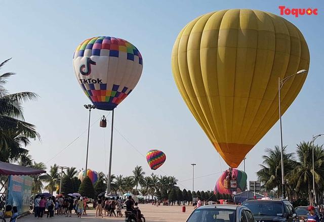 Trình diễn khinh khí cầu bên bờ biển Đà Nẵng - Ảnh 1.