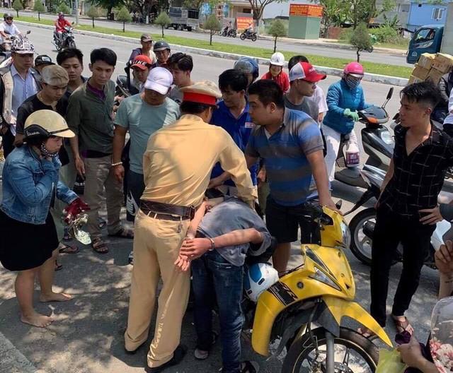 Cảnh sát giao thông bắt hai đối tượng cướp giật - Ảnh 1.