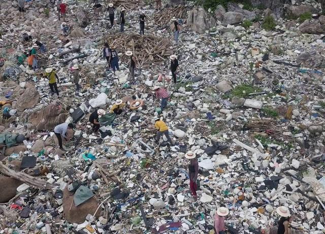 """""""Trào lưu dọn rác"""" của hàng trăm bạn trẻ Đà Nẵng tại bãi đá đen - Ảnh 1."""