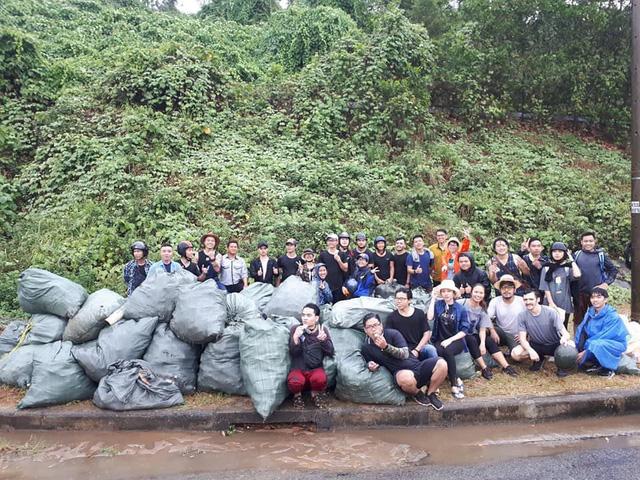 """""""Trào lưu dọn rác"""" của hàng trăm bạn trẻ Đà Nẵng tại bãi đá đen - Ảnh 5."""
