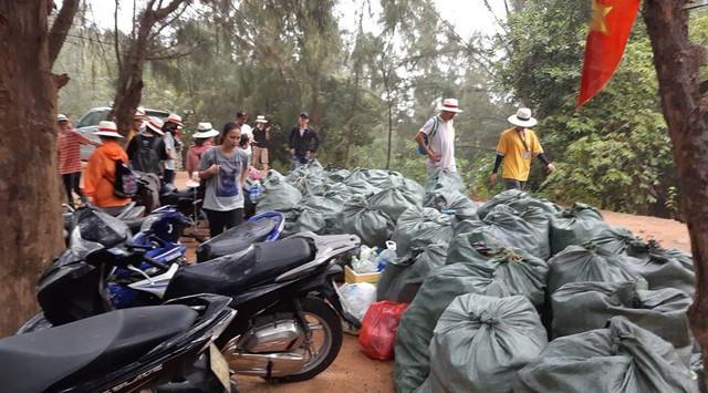 """""""Trào lưu dọn rác"""" của hàng trăm bạn trẻ Đà Nẵng tại bãi đá đen - Ảnh 4."""