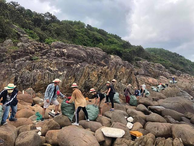 """""""Trào lưu dọn rác"""" của hàng trăm bạn trẻ Đà Nẵng tại bãi đá đen - Ảnh 2."""