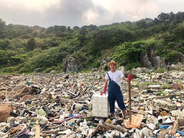 """""""Trào lưu dọn rác"""" của hàng trăm bạn trẻ Đà Nẵng tại bãi đá đen - Ảnh 3."""