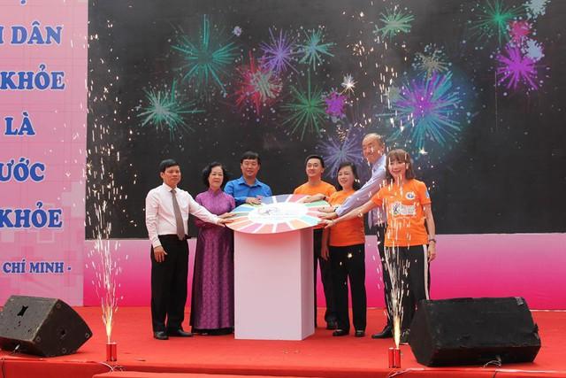 Bộ trưởng Y tế đi bộ 10.000 bước để hưởng ứng chương trình Sức khỏe Việt Nam - Ảnh 1.