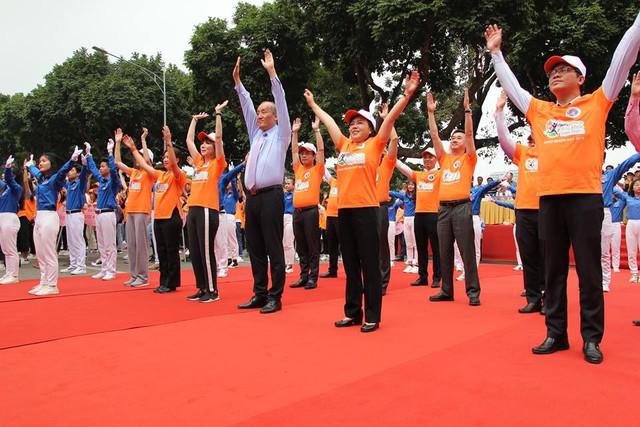Bộ trưởng Y tế đi bộ 10.000 bước để hưởng ứng chương trình Sức khỏe Việt Nam - Ảnh 2.