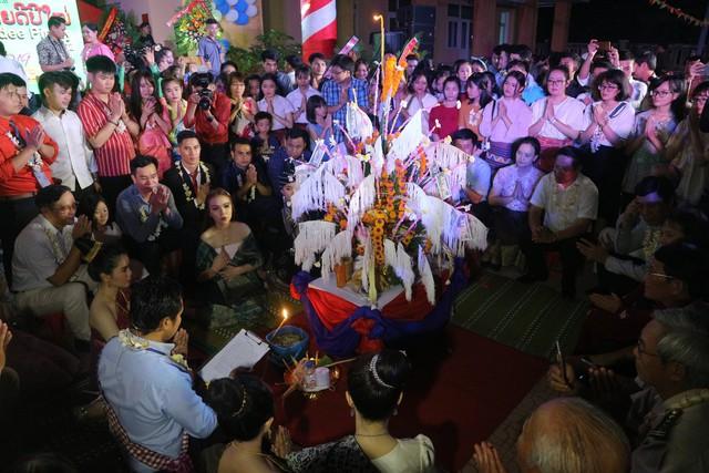 Lưu học sinh Lào vui đón Tết cổ truyền Bunpimay trên đất Huế - Ảnh 1.