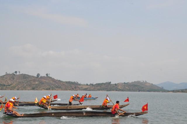 Độc đáo Lễ hội đua thuyền độc mộc trên dòng Pô Kô huyền thoại - Ảnh 1.