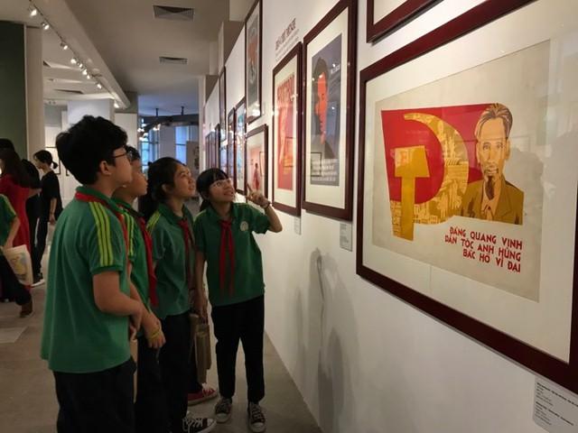 Xúc động với hàng trăm bức chân dung Chủ tịch Hồ Chí Minh qua tranh cổ động - Ảnh 4.