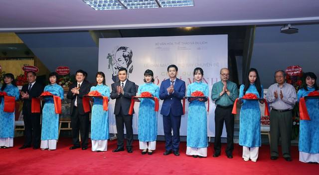 Xúc động với hàng trăm bức chân dung Chủ tịch Hồ Chí Minh qua tranh cổ động - Ảnh 1.