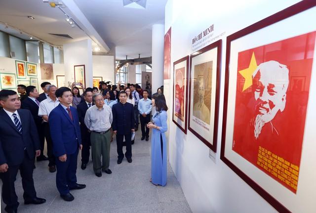 Xúc động với hàng trăm bức chân dung Chủ tịch Hồ Chí Minh qua tranh cổ động - Ảnh 2.