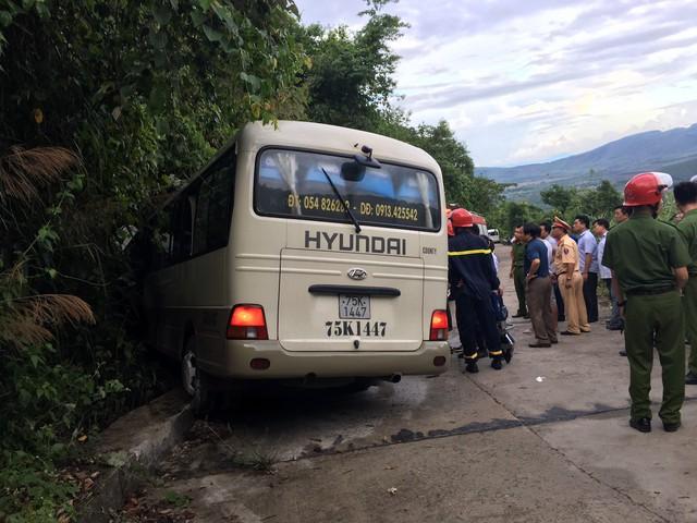 Xe khách chở đoàn sinh viên nước ngoài gặp nạn khi tham quan Bạch Mã - Ảnh 1.