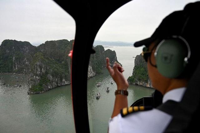 Hãng tin AFP ấn tượng trực thăng ngắm cảnh Vịnh Hạ Long - Ảnh 1.