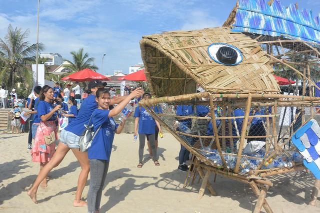 """Xuất hiện Bống (Goby) """"ăn"""" rác thải nhựa trên bãi biển Đà Nẵng - Ảnh 2."""
