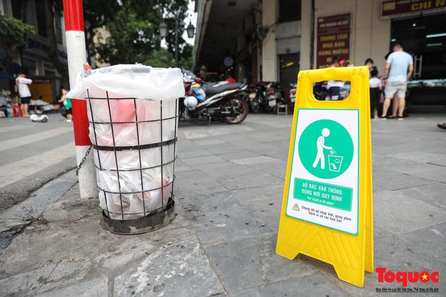 Phố đi bộ Hồ Gươm sạch bong nhờ tấm biển xử phạt 7 triệu đồng nếu vứt rác bừa bãi - Ảnh 2.