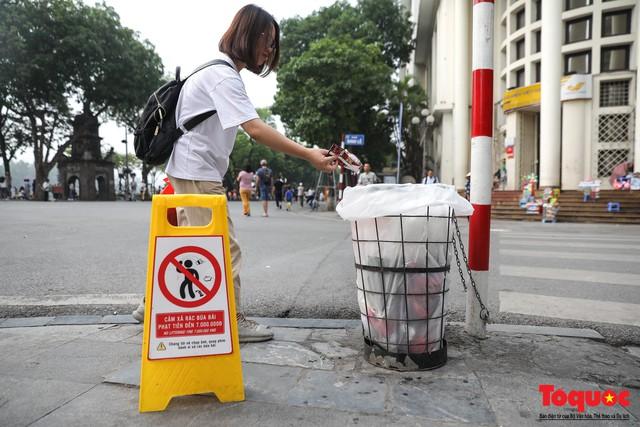 Phố đi bộ Hồ Gươm sạch bong nhờ tấm biển xử phạt 7 triệu đồng nếu vứt rác bừa bãi - Ảnh 5.