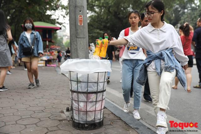 Phố đi bộ Hồ Gươm sạch bong nhờ tấm biển xử phạt 7 triệu đồng nếu vứt rác bừa bãi - Ảnh 6.