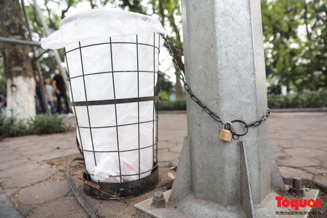 Phố đi bộ Hồ Gươm sạch bong nhờ tấm biển xử phạt 7 triệu đồng nếu vứt rác bừa bãi - Ảnh 3.