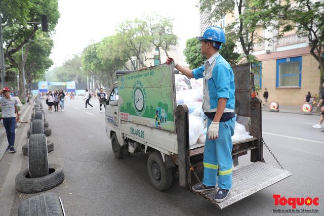Phố đi bộ Hồ Gươm sạch bong nhờ tấm biển xử phạt 7 triệu đồng nếu vứt rác bừa bãi - Ảnh 7.