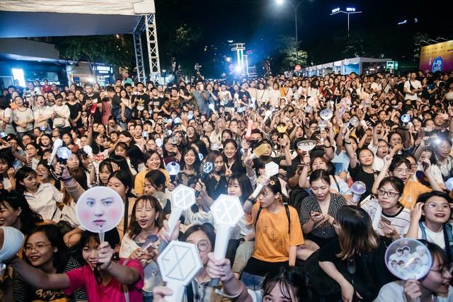 Phố đi bộ Hà Nội sôi động với thần tượng K-Pop - Ảnh 11.