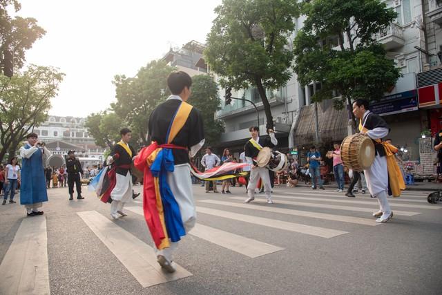 Phố đi bộ Hà Nội sôi động với thần tượng K-Pop - Ảnh 7.