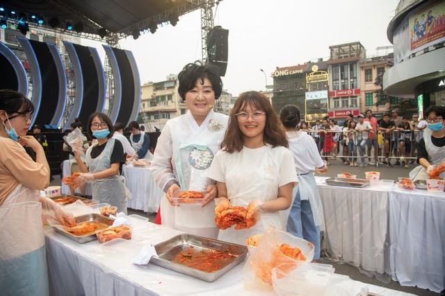 Phố đi bộ Hà Nội sôi động với thần tượng K-Pop - Ảnh 9.