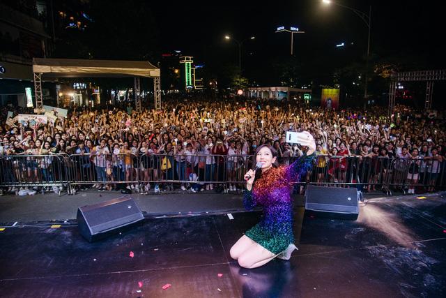 Phố đi bộ Hà Nội sôi động với thần tượng K-Pop - Ảnh 3.