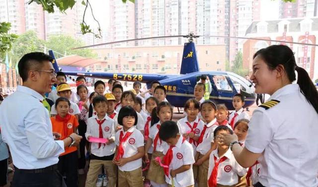 Trung Quốc chia rẽ vì ông bố bay máy bay tới sân trường tiểu học của con - Ảnh 2.