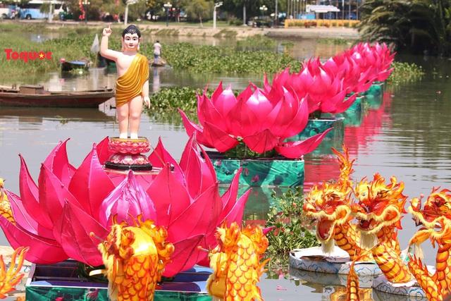 7 đóa sen khổng lồ cùng hình ảnh Đức Phật đản sinh  trên sông Hoài - Ảnh 2.