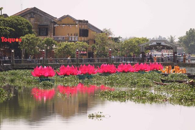 7 đóa sen khổng lồ cùng hình ảnh Đức Phật đản sinh  trên sông Hoài - Ảnh 1.