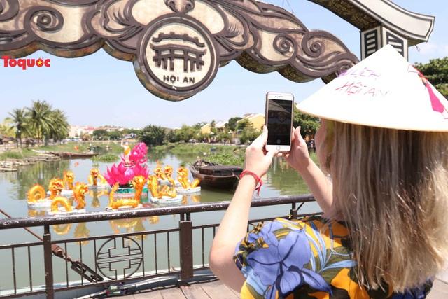 7 đóa sen khổng lồ cùng hình ảnh Đức Phật đản sinh  trên sông Hoài - Ảnh 5.