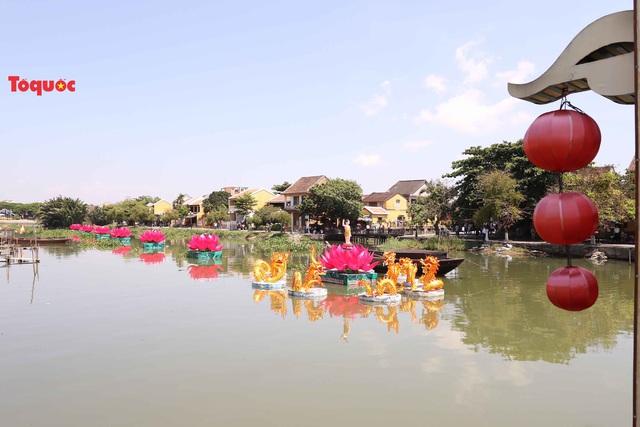 7 đóa sen khổng lồ cùng hình ảnh Đức Phật đản sinh  trên sông Hoài - Ảnh 7.