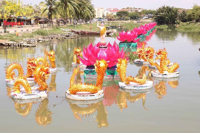 7 đóa sen khổng lồ cùng hình ảnh Đức Phật đản sinh  trên sông Hoài - Ảnh 8.