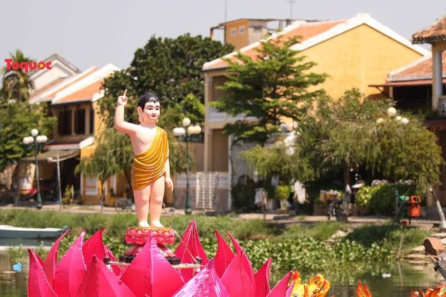 7 đóa sen khổng lồ cùng hình ảnh Đức Phật đản sinh  trên sông Hoài - Ảnh 6.