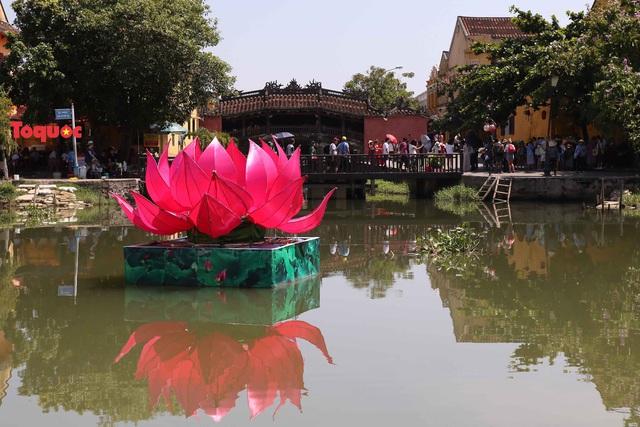 7 đóa sen khổng lồ cùng hình ảnh Đức Phật đản sinh  trên sông Hoài - Ảnh 3.