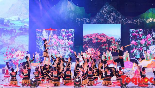 Gần 1.000 nghệ nhân Việt- Lào tham dự Ngày hội VHTTDL các dân tộc thiểu số vùng biên giới hai nước - Ảnh 1.