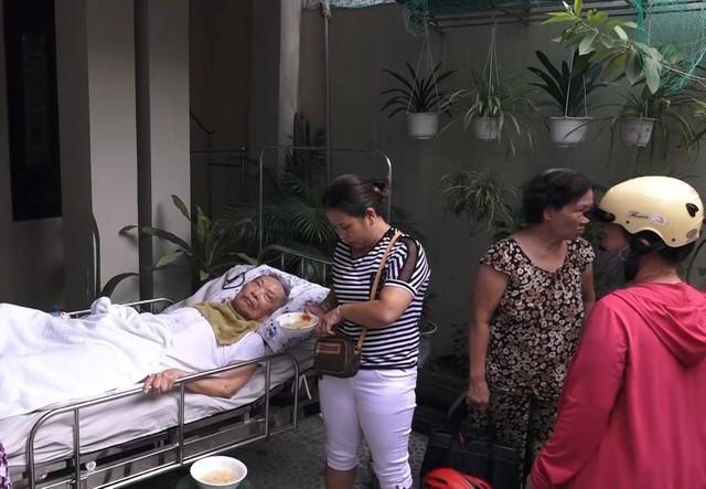 Giải cứu cụ ông bị liệt trong ngôi nhà bốc cháy - Ảnh 1.