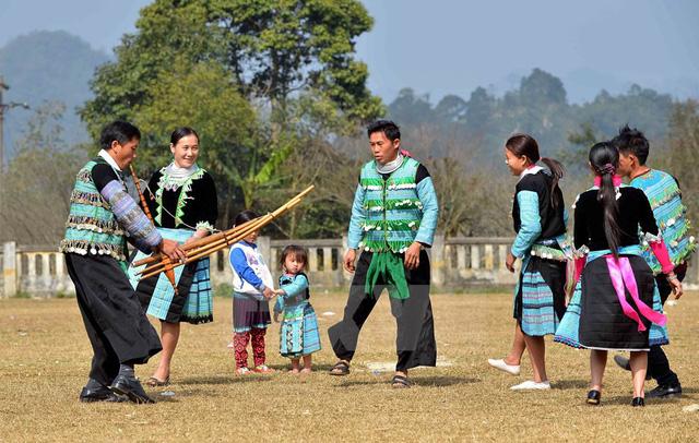 Sắc màu văn hóa dân tộc Mông tại phố đi bộ hồ Hoàn Kiếm - Ảnh 1.