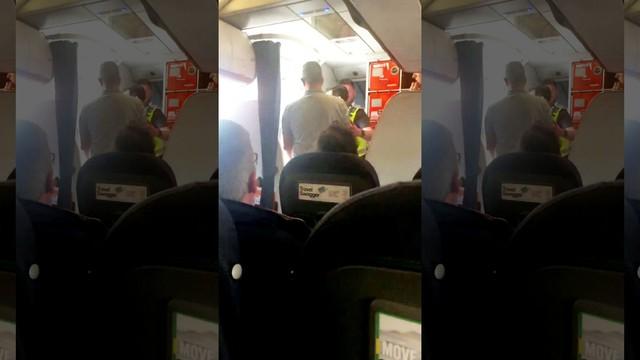 Nam hành khách bị tống khỏi chuyến bay sau nghi án quấy rối tình dục: Tiếp viên hàng không Anh đẫm nước mắt - Ảnh 1.