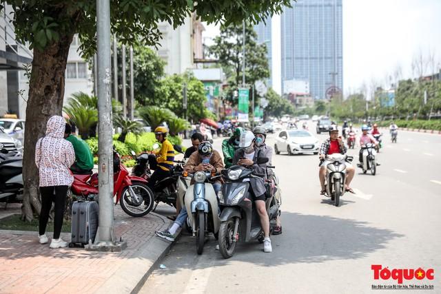 Hà Nội nắng nóng 41 độ C: Dân Thủ đô uể oải ra đường - Ảnh 7.