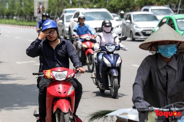 Hà Nội nắng nóng 41 độ C: Dân Thủ đô uể oải ra đường - Ảnh 4.