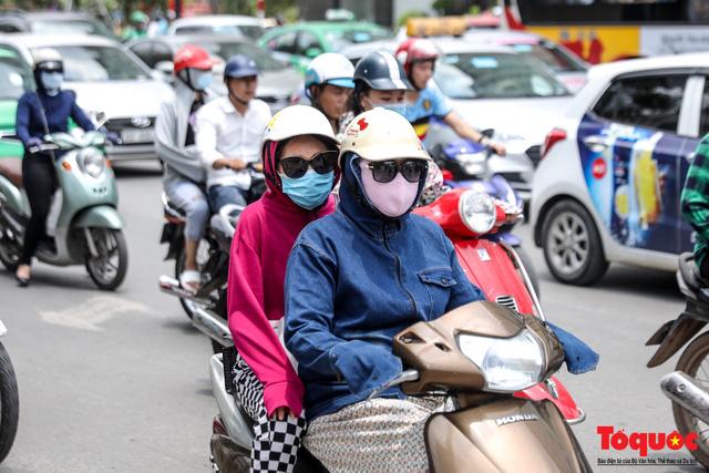 Hà Nội nắng nóng 41 độ C: Dân Thủ đô uể oải ra đường - Ảnh 3.